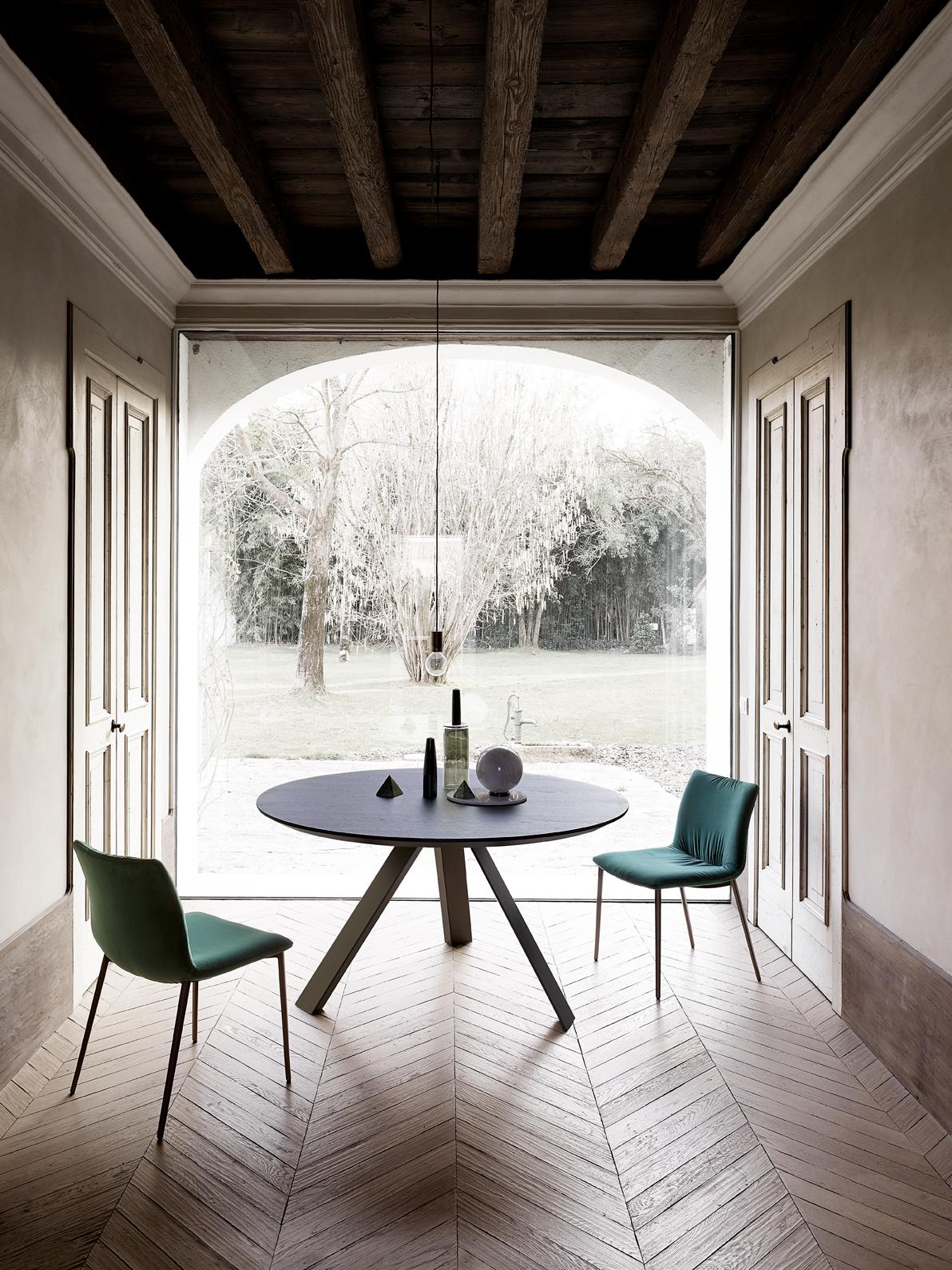 Tavolo rotondo Ki round con sedie in velluto Nirvana
